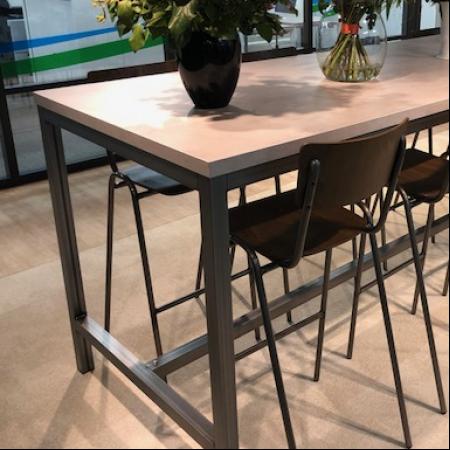 kwadrant hoge tafel in betonlook